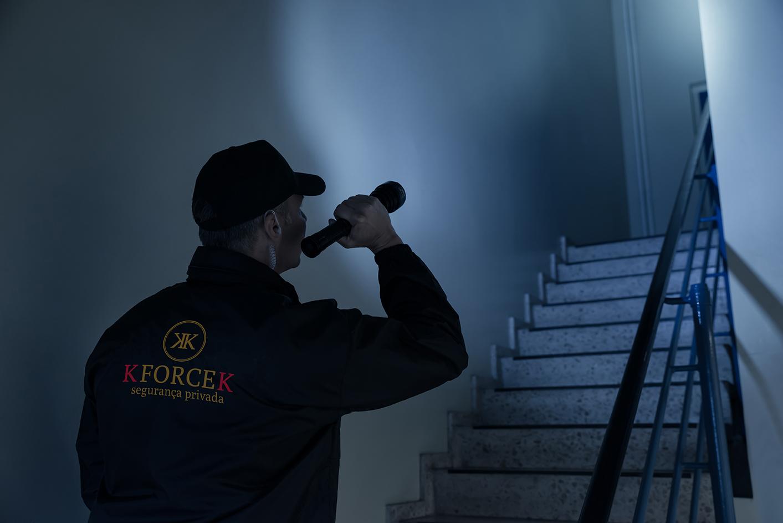 Vigilante em ronda a instalações